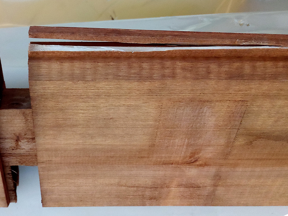 Beschadigde plank blokhut veer is los