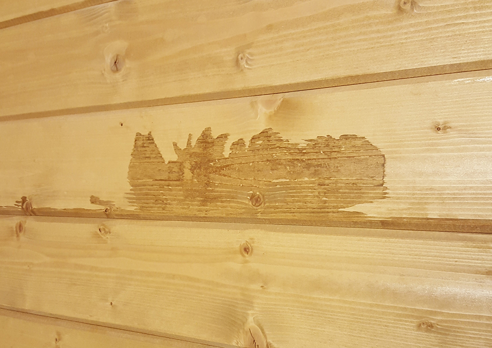 Vlekken op plank blokhut houtstapelbouw