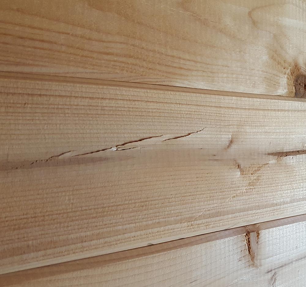 Scheuren speten in blokhut plank